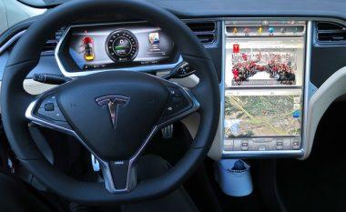 Autopiloti i makinës Tesla parashikon përplasjen dhe shpëton pa gërvishtje! (Video)