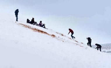 Bora mbulon shkretëtirën e Saharës, dunat e rërës kthehen në terren skijimi (Foto)