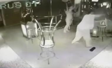 Valltaret e zhveshura përfshihen në përleshje (Video)