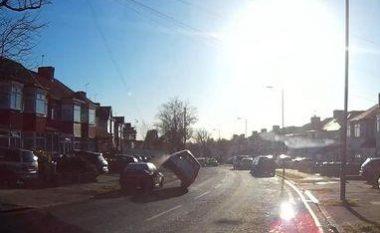 Pengohet nga vetura e parkuar dhe rrotullohet në mes të rrugës (Video)
