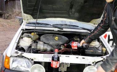 Zëvendësimi i vajit të makinës me Coca Cola, nuk doli të jetë ide e mire (Video)