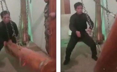 Harroni filmat Kung Fu: Shikoni se si ky burrë godet veten në organin gjenital me një dru gjigant (Foto/Video)