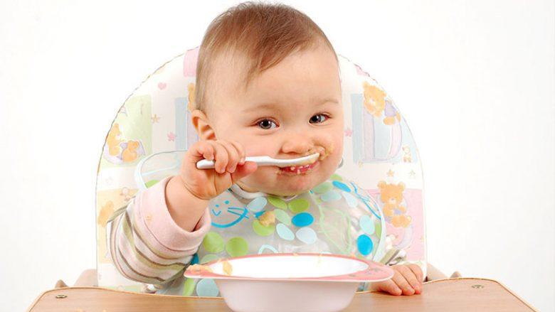 Pas sa muajsh mund t'i filloni ushqimet e ngurta bebit?