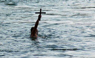 """Edhe në Tetovë shënohet festa krishtere """"Uji i bekuar"""""""