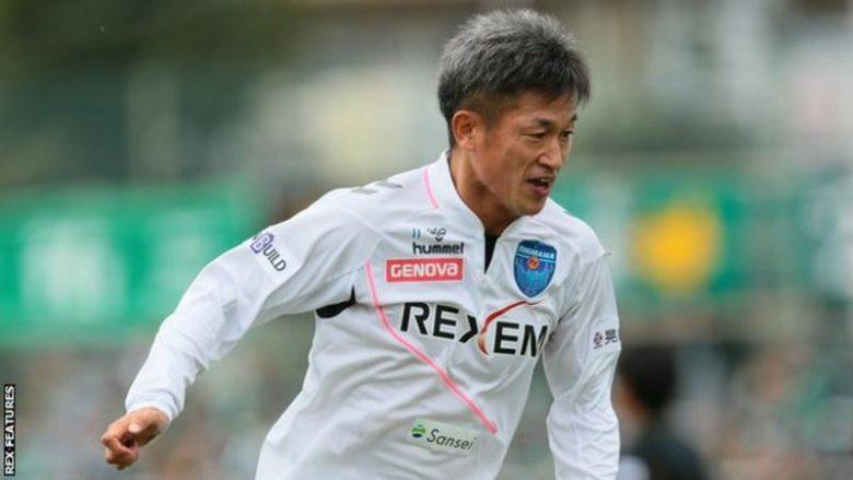 Sulmuesi 49 vjeçar nënshkruan kontratën e radhës, do të luajë deri në moshën 50 vjeçare si profesionist (Video/Foto)