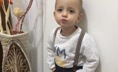 Vogëlushi që merr poza si manekinët profesionist (Foto)
