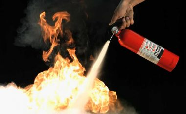Mësoni brenda dy minutave se si ta përdorni aparatin për fikjen e zjarrit