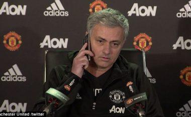 Mourinho krijon të qeshura në konferencën për shtyp, lajmërohet në telefonin e njërit nga gazetarët (Foto/Video)