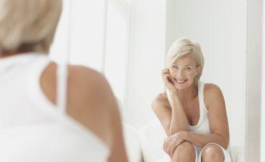 E bukur, simpatike dhe si vajzë e re pas moshës 40-vjeçare: Tri gjëra të cilat patjetër duhet t'i bëjë secila femër!