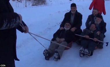 Pensionistët turq përdorin legenët për të rrëshqitur në borë (Video)