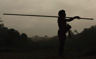 Jetojnë nudo dhe gjuajnë majmunë: Njihuni me fisin e harruar nga koha (Foto)