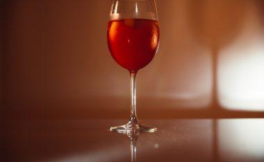 Ekspertët: Shtojani shishes me verë pak kripë për t'i dhënë shije më të mirë
