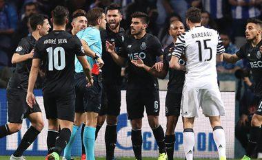 Dy skuadrat angleze dërguan agjentët në stadium, dëshpërohen pasi lojtari zëvendësohet pas 30 minutave