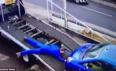 Mekaniku tërhiqet zvarrë nga vetura që rrëshqet nga merimanga (Video)