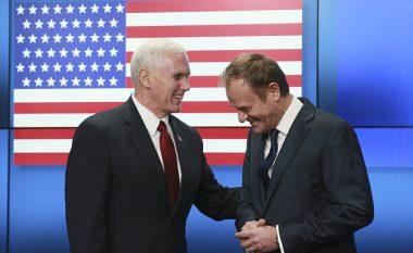 Gjatë takimit të zëvendëspresidentit amerikan Pence me zyrtarët e BE-së në Bruksel, flamuri amerikan është shfaqur me 51 yje (Foto)