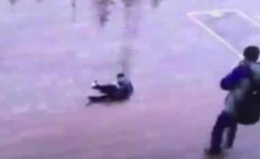 Nuk e ndihmoi mikun kur u rrëzua shkallëve, por vetë e pësoi më keq (Foto/Video)