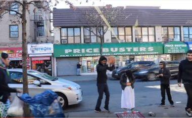 Eksperiment social: Shikoni si reagojnë amerikanët, kur shohin një grup të rinjsh duke penguar djaloshin të falet në rrugë (Video)