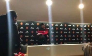 """Tifozi shqiptar lë pa fjalë të dashurën në """"Old Trafford"""", i propozon në sallën e konferencave (Video)"""
