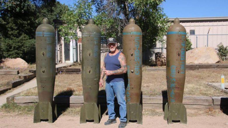 """""""Njeriu Dragua"""": Burri më i armatosur në Amerikë, që posedon 80 vetura ushtarake, 200 mitralozë, tanke e granatahedhës (Foto/Video)"""