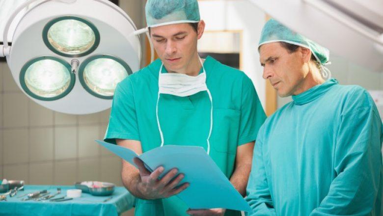 Ekziston një arsye e rëndësishme se përse kirurgët veshin mantel të gjelbër