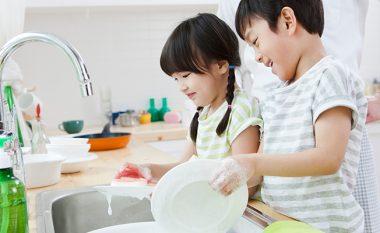 Detyroni fëmijët të bëjnë punë të shtëpisë dhe ata do të bëhen më të suksesshëm