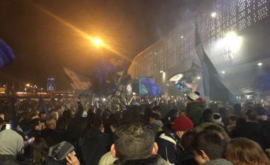 Tifozët e Atalantas në qiellin e shtatë pas fitores ndaj Napolit, organizojnë pritje madhështore në aeroport për Berishën dhe të tjerët (Video)