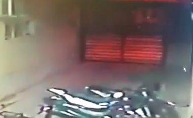 Dyert e rënda të spitalit u hapën vet, derisa në afërsi nuk ndodhej askush (Video)