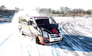 Ford Transit në rrugën e mbuluar nga bora (Video)