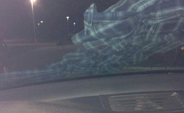 Këmisha në xhamin e përparmë të veturës, për një femër nënkuptonte tentimin për rrëmbim (Foto)