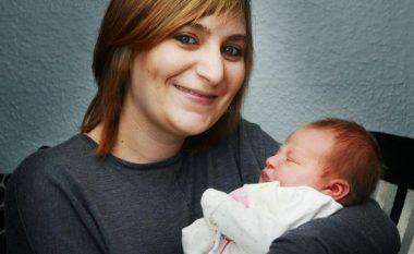 Lindi në trafik të ngjeshur, ndihmohet nga mjeku që ndodhej në veturën prapa (Foto)
