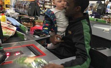 Punonjësi i supermarketit qetëson vogëlushin që qante (Video)