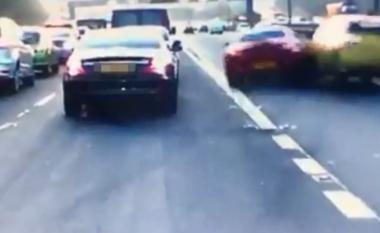 Shoferi i padurueshëm përplaset me një veturë, pasi doli në shiritin tjetër (Video)