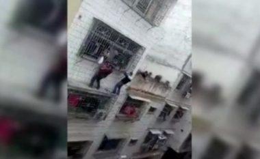 Shpëtohet vogëlushja që kishte ngecur në shufrat rrethuese të ballkonit (Video)