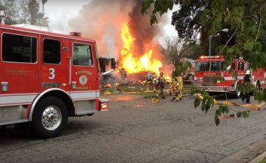 Katër të vdekur, pasi një aeroplan rrëzohet në një zonë të banuar në Kaliforni (Video)