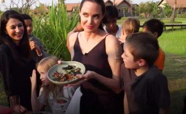 Çfarë po hanë? Angelina Jolie dhe fëmijët kishin për drekë diçka që shumëkush do ta villte! (Video)