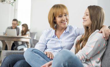 Tetë gjëra të cilat patjetër duhet t'i bëni kur e bija ju thotë se është e dashuruar