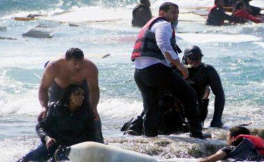 Dhjetëra emigrantë janë shpëtuar nga një anije në Detin Egje