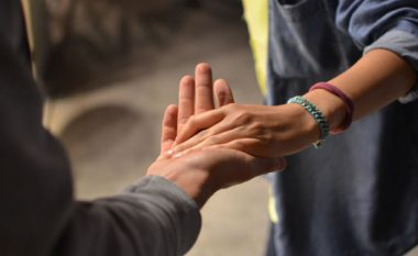 SHKENCA KA VËRTETUAR: Gjatësia e gishtit të unazës dhe e gishtit tregues zbulon se a do t'ju tradhtojë!
