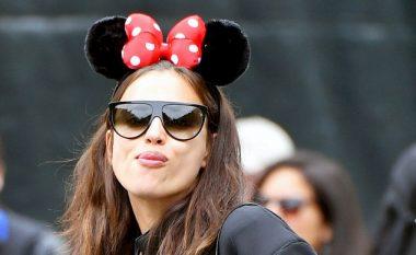 """Irina Shayk shtatzënë, e mrekullueshme në """"Disneyland"""" (Foto)"""