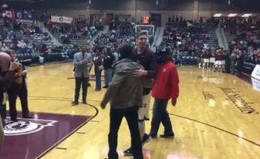 Moment emocionues, basketbollisti kosovar që luan në Amerikë vizitohet për herë të parë nga babai i tij gjatë një ndeshje (Video)