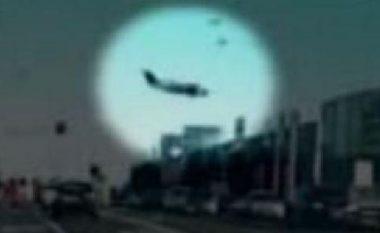 Momenti kur aeroplani rrëzohet mbi qendrën tregtare në Melburn të Australisë (Video)
