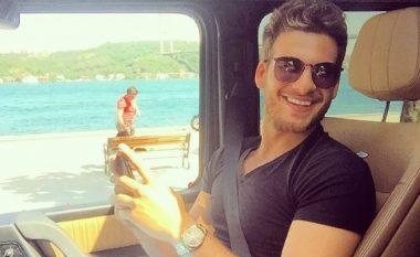 Aktori i famshëm turk, këndon hitin e Dua Lipës teksa nget veturën (Video)