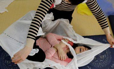 Shikoni metodën japoneze për drejtimin e kurrizit. Duket e çuditshme, por vërtet ka sukses (Video)