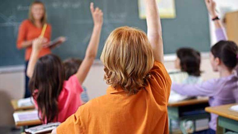 """Nxënësit e klasës së shtatë """"detyrohen"""" të shkruajnë letër dashurie"""
