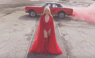 """Sh(qepja) e dobët e fustanit të Era Istrefit në klipin """"Redrum"""" (Foto/Video)"""