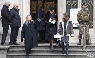 Rita Ora krahas Victoria Beckham, Kate Moss, Naomi Campbell në varrimin e gazetaren italiane (Foto)