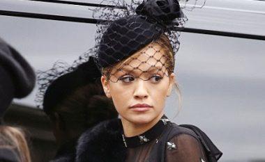 Rita Ora shfaq linjat perfekte trupore në bikini (Foto)