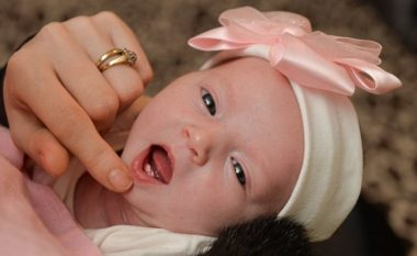 E pazakontë: Lind foshnja me dy dhëmbë (Foto)