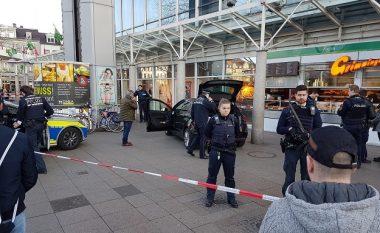 Me veturë drejtë këmbësorëve: Publikohet xhirimi i ballafaqimit të policëve gjermanë me sulmuesin (Video)