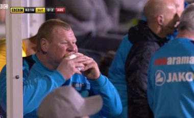 Portieri trashaluq i Sutton United nuk e kishte fatin të luante ndaj Arsenalit, por në një moment fitoi vëmendjen e kamerave (Foto/Video)